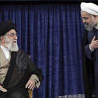 Le guide suprême iranien l'Ayatollah Ali Khamenei, (à gauche), et le président Hassan Rouhani à l'investiture de Rouhani, à Téhéran, le 3 août 2017. (Crédit : Office of the Iranian Supreme Leader via AP)
