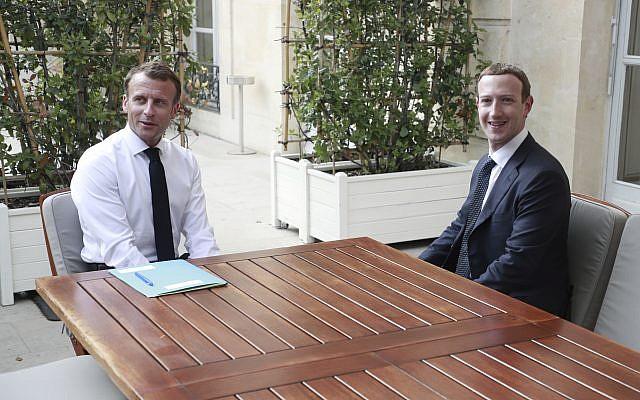"""Le patron de Facebook Mark Zuckerberg, rencontre le président français Emmanuel Macron au palais de l'Elysée après le sommet """"Tech for Good"""" à Paris, le 23 mai 2018. (Crédit : Christophe Petit Tesson/Pool via AP)"""