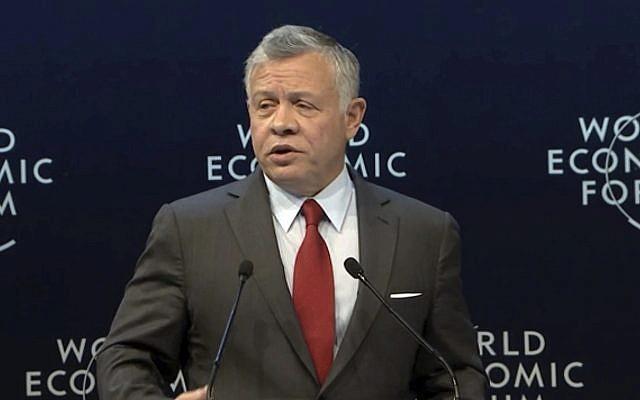 Le roi Abdallah II de Jordanie s'exprime lors du Forum économique mondial organisé en Jordanie, le 6 avril 2019. (Crédit : WEF via AP, Pool)
