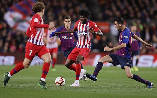 Antoine Griezmann et Thomas Partey, de l'Atlético et Sergio Busquets, (à droite) du FC Barcelone durant une match à Barcelone, le 6 avril 2019. (Crédit : AP Photo/Manu Fernandez)