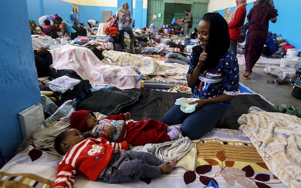 Des réfugiés libyens au centre de détention de Zawya, à l'ouest de Tripoli, le 27 avril 2019. (Crédit : AP/Hazem Ahmed)