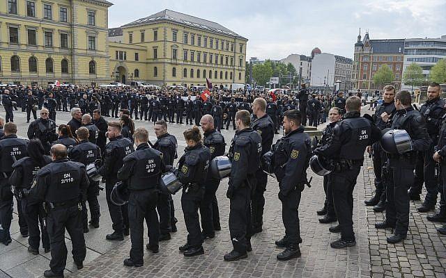 """La police assure la sécurité de la manifestation du parti d'extrême droite """"Rise of German Patriots"""" à Leipzig, Allemagne, le 1er mai 2019. (Heiko Rebsch/dpa via AP)"""