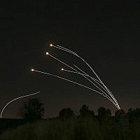 Le système de défense aérienne israélien du Dôme de fer élimine des roquettes tirées depuis Gaza près de Sderot, en Israël, le samedi 4 mai 2019. (Crédit : AP / Ariel Schalit)