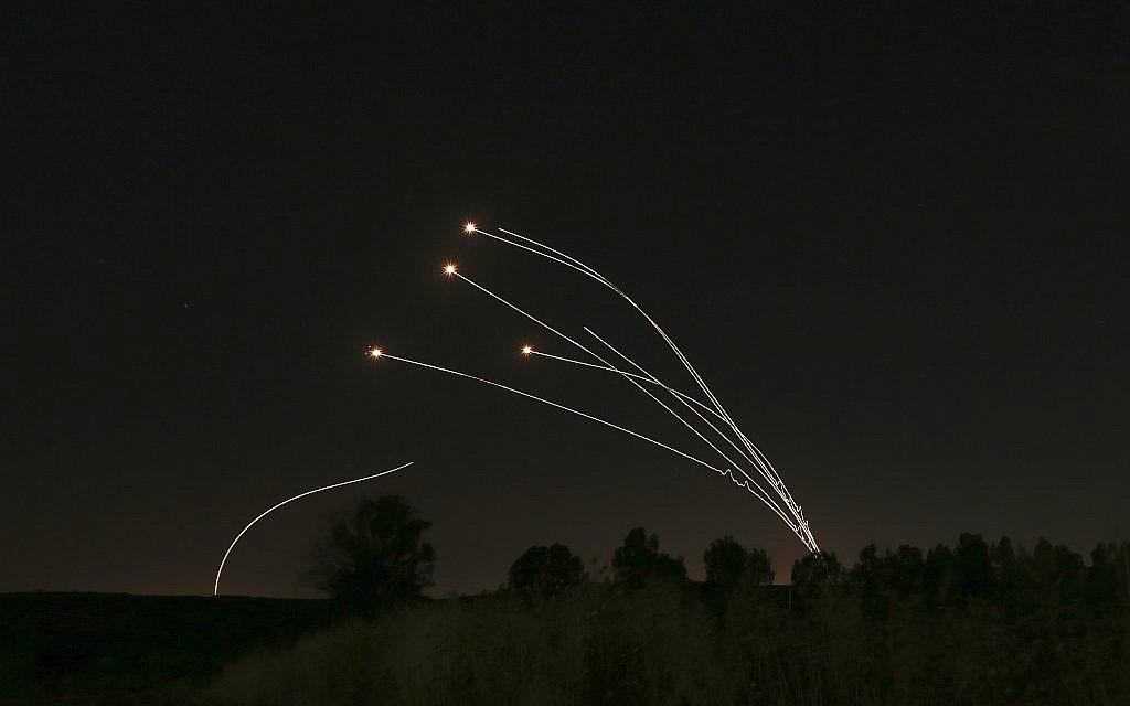 Le système de défense aérienne israélien du Dôme de fer élimine des roquettes tirées de Gaza près de Sderot, en Israël, le samedi 4 mai 2019. (Crédit : AP / Ariel Schalit)