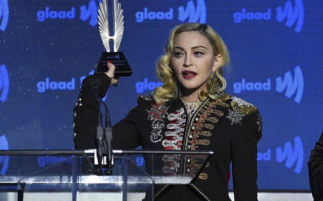 """Madonna accepte le prix """"Avocate du changement"""" lors de la remise de la 30ème remise des Media Awards GLAAD à New York, le 4 mai 2019 (Crédit : Evan Agostini/Invision/AP)"""