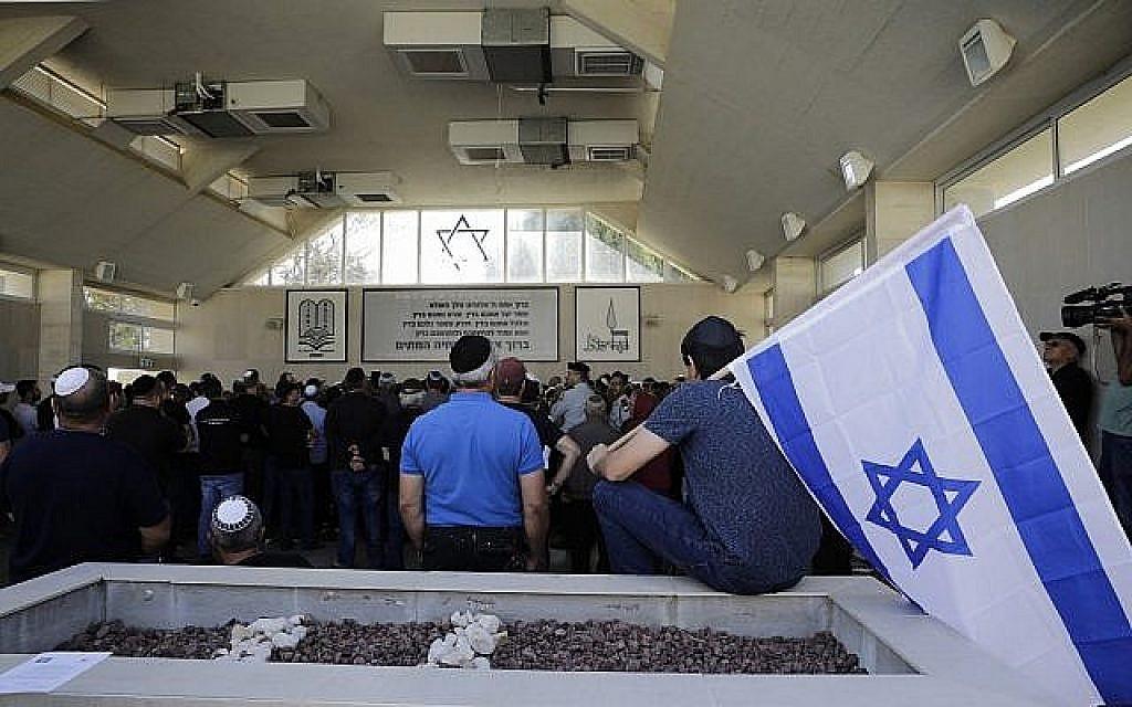 Des Israéliens assistent aux funérailles de Moshe Agadi dans la ville d'Ashkelon, en Israël, le 5 mai 2019. Agadi a été tué plus tôt dans la journée devant son domicile à Ashkelon par une roquette tirée depuis la bande de Gaza. (Sebastian Scheiner/AP)