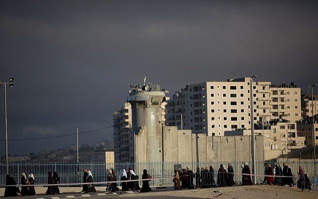 Des Palestiniens se dirigent vers le point de passage de Qalandya entre Ramallah et Jérusalem pour aller prier à la mosquée Al-Aqsa sur le mont du Temple à Jérusalem pour le premier vendredi saint du ramadan, le 10 mai 2019 (Crédit : Ahmad GHARABLI / AFP)