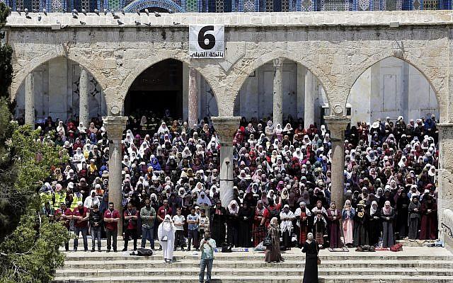 Des Palestiniens prient à la mosquée Al-Aqsa sur le mont du Temple à Jérusalem pour le premier vendredi saint du ramadan, le 10 mai 2019 (Crédit : Ahmad GHARABLI / AFP)
