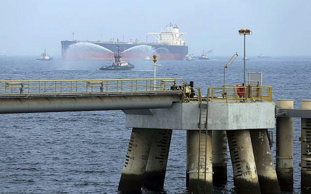 Archives - Un pétrolier au large des côtes de l'Emirat de Fujairah, aux Emirats arabes unis.(Crédit : AP Photo/Kamran Jebreili)