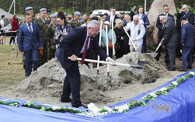 Les restes de 1 214 victimes de l'Holocauste ont été ré-enterrés ce mardi à Brest, en Biélorussie, par des volontaires de Zaka, association juive de recherche et de sauvetage. (Crédit photo : Vadzim Yakubionak/ BELTA via AP)