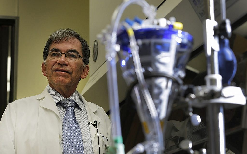 A titre d'illustration : Sur cette photo du 25 octobre 2013, un médecin fait le point sur la recherche en transplantation pulmonaire. (AP Photo/Chuck Burton)