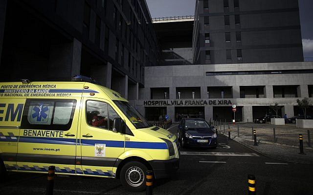 Photo d'illustration : Une ambulance circule devant l'entrée de l'hôpital  the Vila France de Xira, près de Lisbonne, au Portugal, le 14 novembre 2014 (Crédit :  AP Photo/Francisco Seco)
