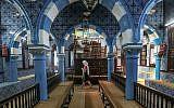Sur cette photo du mercredi 28 octobre 2015, un touriste visite La Ghriba, la plus ancienne synagogue d'Afrique, sur l'île de Djerba, dans le sud de la Tunisie. (Crédit : AP / Mosa'ab Elshamy)