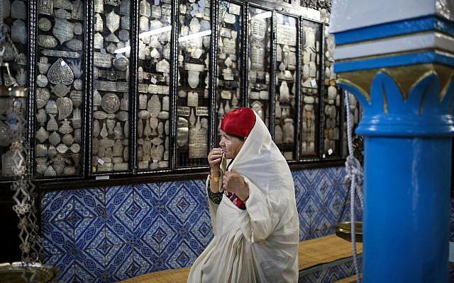 Sur cette photo du mercredi 28 octobre 2015, une Juive à La Ghriba, la plus ancienne synagogue d'Afrique, sur l'île de Djerba, dans le sud de la Tunisie. (Crédit : AP / Mosa'ab Elshamy)