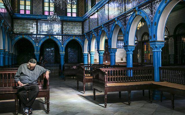 Sur cette photo du mercredi 28 octobre 2015, un Juif à La Ghriba, la plus ancienne synagogue d'Afrique, sur l'île de Djerba, dans le sud de la Tunisie. (Crédit : AP / Mosa'ab Elshamy)