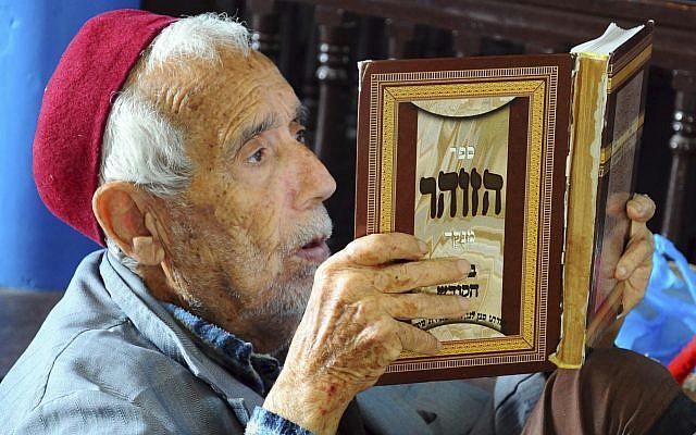 Le rabbin Mamou lit un livre sacré lors du pèlerinage annuel juif à la synagogue Ghriba dans la station balnéaire de Djerba, en Tunisie, vendredi 26 avril 2013. (Crédit : AP / Hassene Dridi)