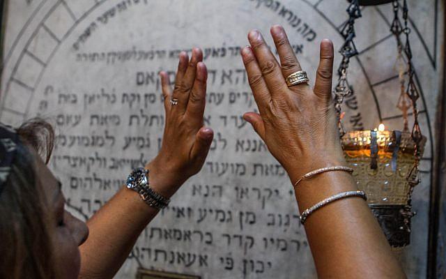 Un pèlerin juif prie à la synagogue Ghriba, le plus ancien monument juif construit en Afrique il y a plus de 2 500 ans, alors qu'elle assiste au pèlerinage annuel juif dans la station balnéaire de Djerba, en Tunisie, le vendredi 26 avril 2013. (Crédit :  AP / Aimen Zine)