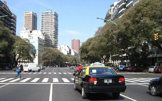 L'avenue Libertador dans le quartier de Palermo, à Buenos Aires. (Crédit : Wikimedia Commons via JTA)