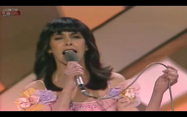 """La chanteuse Gali Hatari interprétant """"Hallelujah"""" à l'Eurovision 1979, à Jérusalem. (Crédit photo : capture d'écran YouTube)"""