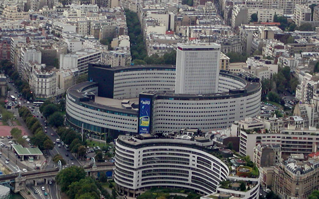 La Maison de la radio, siège du groupe Radio France, vue depuis la tour Eiffel. (Crédit photo : Wikipédia / CC BY SA 2.5)