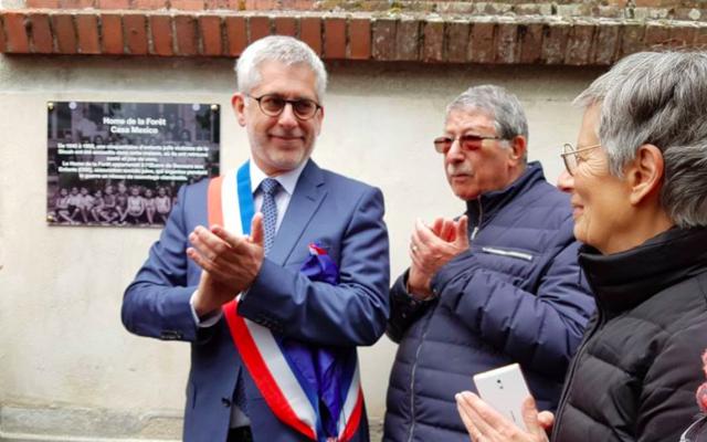 Le maire LR de Fontainebleau, Frédéric Valletoux, devant la plaque commémorative inaugurée ce dimanche. (Crédit photo : Twitter / OSE - Œuvre de Secours aux Enfants)