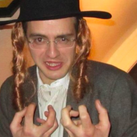 Guillaume Pradoura, assistant de l'eurodéputé Nicolas Bay, membre du bureau exécutif du RN, déguisé en Juif orthodoxe. (Crédit photo : Twitter)