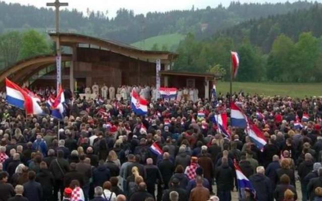 Ce samedi 18 mai 2019, à proximité de Bleiburg, dans le sud de l'Autriche, s'est tenu un rassemblement néo-nazi en hommage aux soldats croates du mouvement Oustacha, allié à l'Allemagne nazie, tués sur place lors de la Seconde Guerre mondiale. (Crédit photo : capture d'écran YouTube)