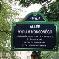 La plaque en hommage à Myriam Monsonégo, dans le square Saint-Odile, dans le 17e arrondissement parisien. (Crédit photo : Laurence Arribagé / Twitter)