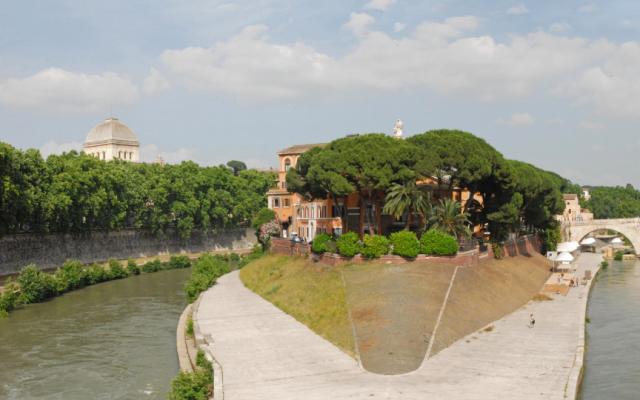 L'île tibérine qui abrite l'hôpital de Fatebenefratelli à Rome. La synagogue de Rome se situe sur la gauche (Crédit : Jean-Pierre Dalbéra/CC BY 2.0)