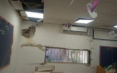 Un jardin d'enfants de Sdérot, dans le sud du pays, frappé par un éclat de roquette lancé depuis la bande de Gaza qui a touché sa cour, le 5 mai 2019 (Crédit : Municipalité de Sdérot)