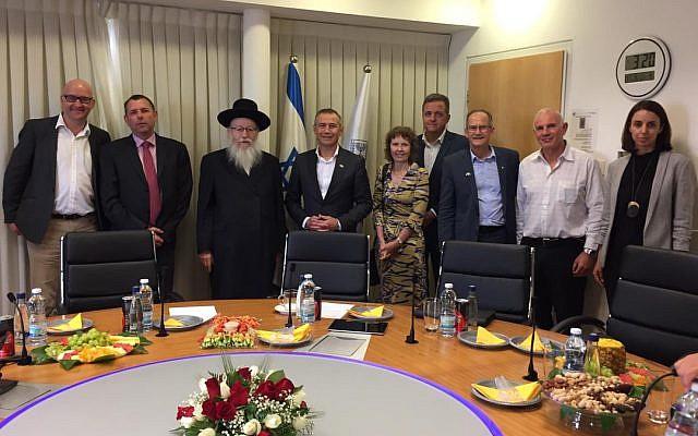 Le vice-ministre de la Santé Yaakov Litzman (3eme à gauche) rencontre une délégation du ministère de la Santé australien à son bureau de Jérusalem, le 26 mai 2019. (Crédit : ministère de la Santé)