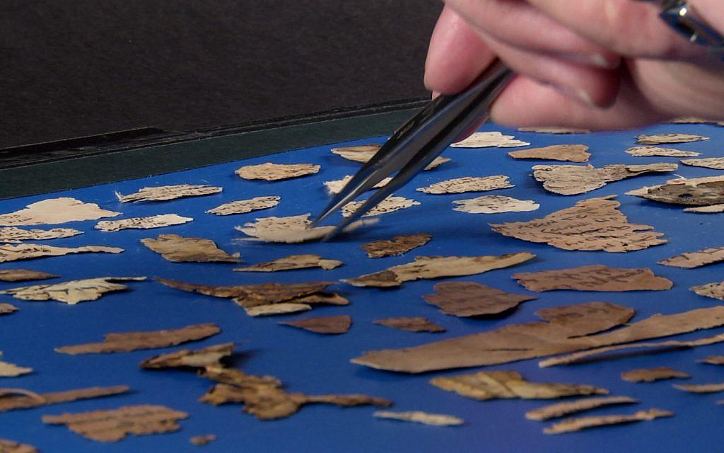 Numérisation de fragments de la Geniza du Caire. (Michelle Paymar)