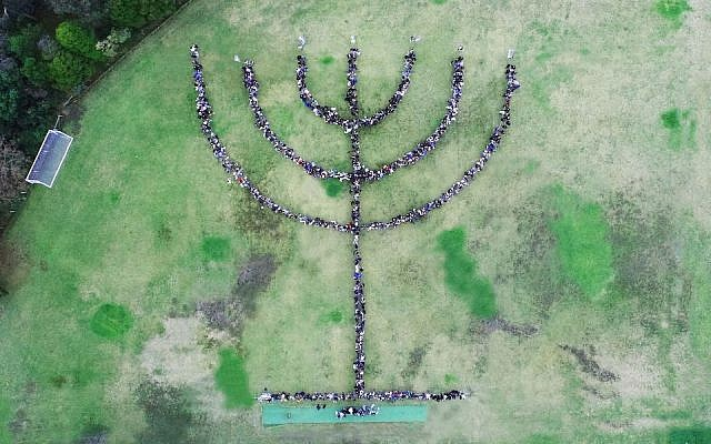 La plus grande menorah humaine au monde,, à Melbourne, en Australie, mai 2019. (Autorisation : Bialik College via JTA)