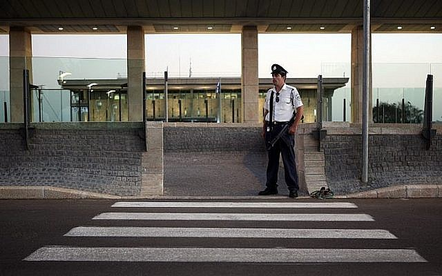 Photo d'Illustration - Un gardien de sécurité de la Knesset à l'entrée du parlement israélien, le 12 octobre 2009 (Crédit :  Matanya Tausig/Flash90)