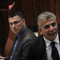 Yair Lapid, à droite, et Gideon Saar à la Knesset, le 23 juillet 2013 (Crédit : Miriam Alster/FLASH90)
