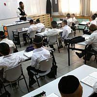 Une école haredi dans l'implantation orthodoxe de Beitar Illit, le 27 août 2014. (Nati Shohat/Flash90)