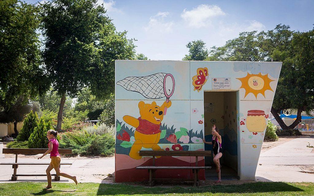 Des enfants israéliens jouent près d'un abri anti-aérien public aux couleurs vives, dans le kibboutz de Nahal Oz, dans le sud du pays. Le 6 juillet 2015. (Miriam Alster/FLASH90)
