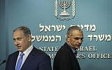 Le Premier ministre Benjamin Netanyahu et le ministre des Finances Moshe Kahlon font un communiqué de presse conjoint au sujet d'une nouvelle réduction fiscale au bureau du Premier ministre à Jérusalem, le 3 septembre 2015. (Crédit : Hadas Parush/Flash90)