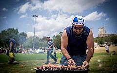 Barbecue israélien lors des célébrations du 69e anniversaire de l'indépendance par Israël à Jérusalem, le 2 mai 2017. (Crédit : Yonatan Sindel / Flash90)