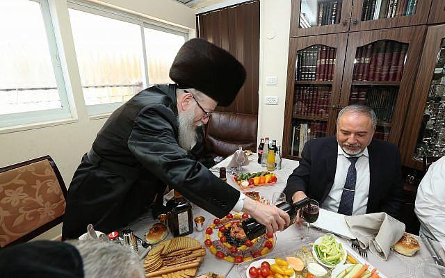Avigdor Liberman (à droite) est reçu par Yaakov Litzman, le dirigeant du parti Yahadout HaTorah, lors d'une cérémonie, le 18 Juin, 2017. (Shlomi Cohen/Flash90)