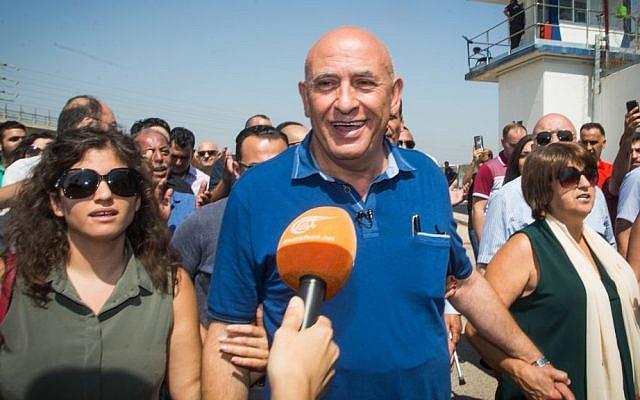 L'ex-député arabe israélien Basel Ghattas arrive à la prison de Gilboa pour purger une peine de deux ans de prison, le 2 juillet 2017. (Crédir : Basel Awidat/Flash90)