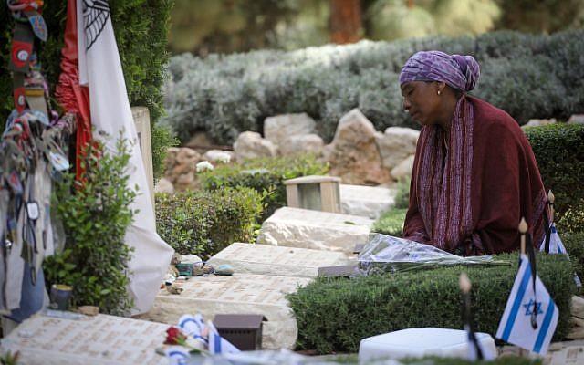 Une Israélienne endeuillée se recueille près des tombes de soldats tombés au combat au cimetière militaire du mont Herzl à Jérusalem, à l'occasion du Yom HaZikaron, en souvenir des soldats israéliens tués dans les guerres depuis 1860 et des victimes du terrorisme en Israël. Le 18 avril 2018. (Miriam Alster/Flash90)