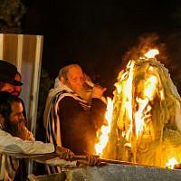 Le rabbin Eliezer Berland allume un feu de camp pour Lag Baomer à Meron, le 3 mai 2018. (Crédit : Shlomi Cohen/Flash90)