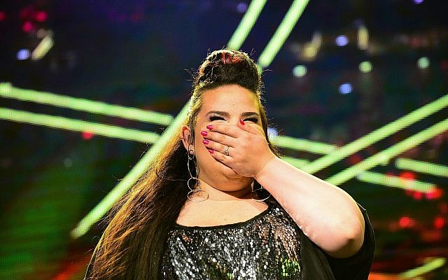 La lauréate de l'Eurovision 2018 Netta Barzilai en concert place Rabin à Tel Aviv, le 14 mai 2018. (Crédit : Tomer Neuberg/Flash90)