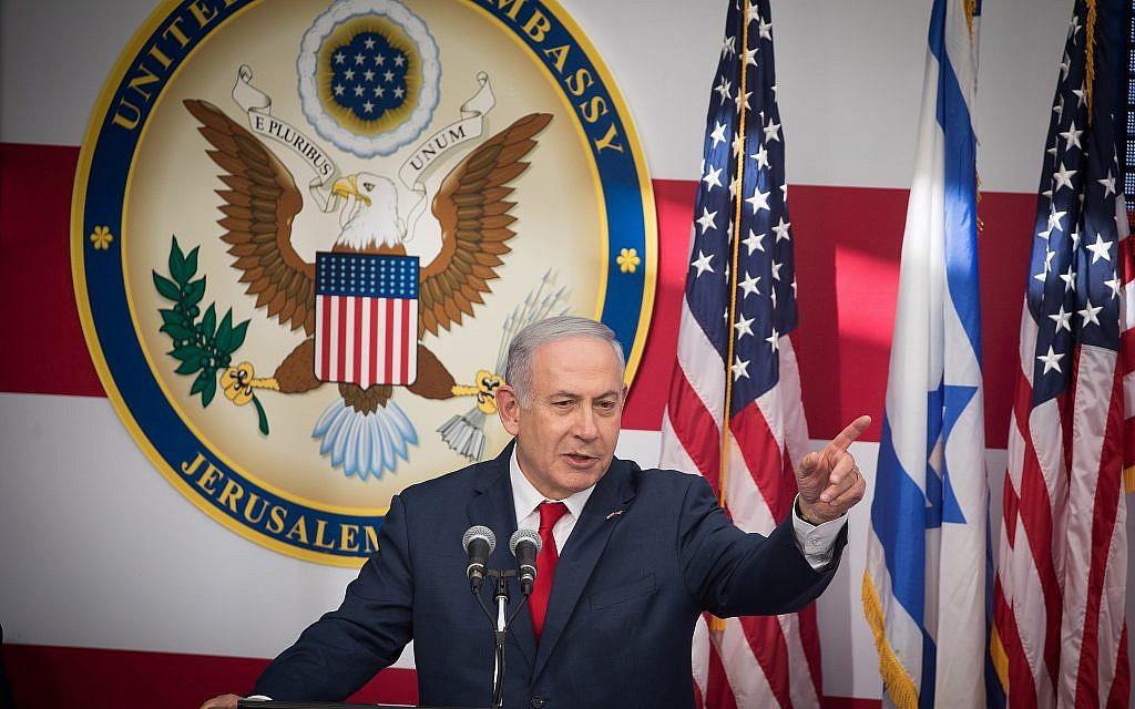 Le Premier ministre Benjamin Netanyahu prend la parole lors de la cérémonie d'ouverture officielle de l'ambassade des États-Unis à Jérusalem, le 14 mai 2018. (Yonatan Sindel/Flash90)