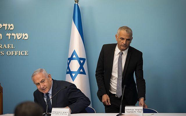 Le Premier ministre Benjamin Netanyahu, (à gauche), et le ministre des Finances Moshe Kahlon lors d'une conférence de presse au cabinet du Premier ministre à Jérusalem, le 9 octobre 2018. (Hadas Parush/Flash90)