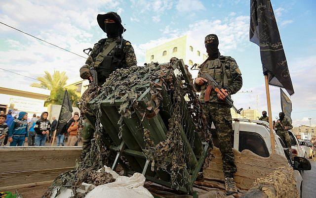 Des combattants des Brigades Al-Qods, la branche militaire du groupe terroriste du Jihad islamique, participent à une marche militaire dans la ville de Rafah, au sud de la bande de Gaza, le 15 novembre 2018. (Abed Rahim Khatib/ Flash90)