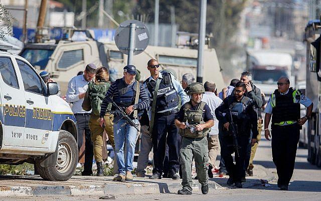 Photo d'illustration : Les forces de sécurité israéliennes sur les lieux d'une tentative d'attentat au couteau au checkpoint de Hawara, au sud de Naplouse, en Cisjordanie, le 3 avril 2019 (Crédit :  Nasser Ishtayeh/Flash90)