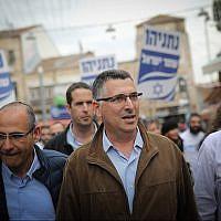 Gideon Saar, membre du parti du Likud, pendant la campagne électorale, durant une visite du marché Mahane Yehuda de Jérusalem, le 4 avril 2019 (Crédit : Hadas Parush/Flash90)