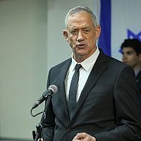 Le chef du parti Kakhol lavan Benny Gantz durant une conférence de presse au siège du parti à Tel Aviv, le 10 avril 2019 (Crédit : Flash90)